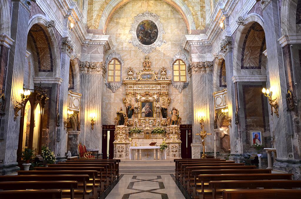Vista della navata centrale vista centralmente