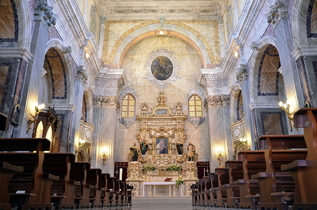 Vista della navata centrale vista dal basso