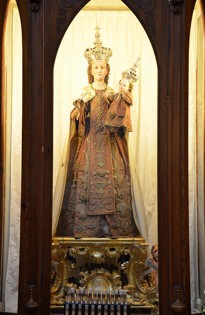 Particolare Statua della Madonna del Carmine posta all\\\\\\\\\\\\\\\\\\\\\\\\\\\\\\\'interno della teca