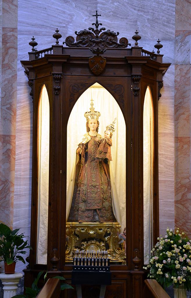 Statua della Madonna del Carmine posta all\\\\\\\\\\\\\\\\\\\\\\\\\\\\\\\'interno della teca